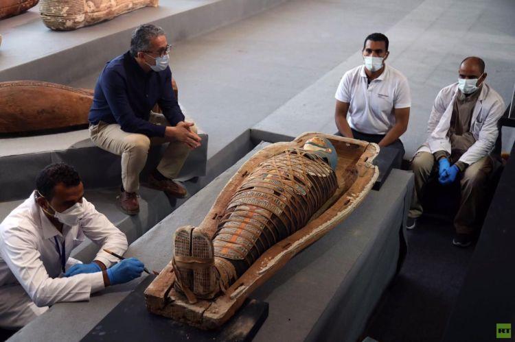 شاهد.. كشف أثري جديد بمنطقة سقارة المصرية.. 100 تابوت خشبي مغلق بحالتهم الأولى داخل آبار للدفن (صور)
