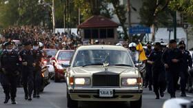 تايلاند.. المحتجون يديرون ظهورهم لدى مرور موكب الملك