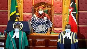 رئيسة تنزانيا تغير سياسة سلفها المثيرة للجدل وترتدي الكمامة