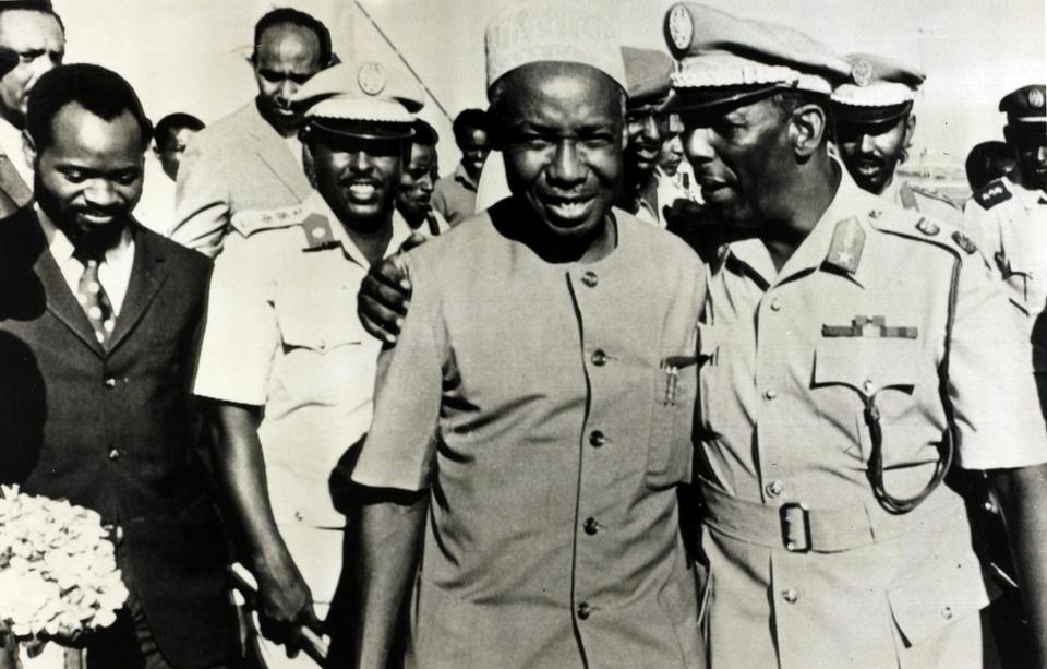 Sawirkan oo lagasoo qaaday June 12, 1974, Magaalada Muqdisho, Madaxweynaha Soomaaliya Saciid Barre waxaa lagu arkaa isagoo gacantiisa ag jooga Madaxweynaha Tanzania Julius Nyerere shirkii OAU.