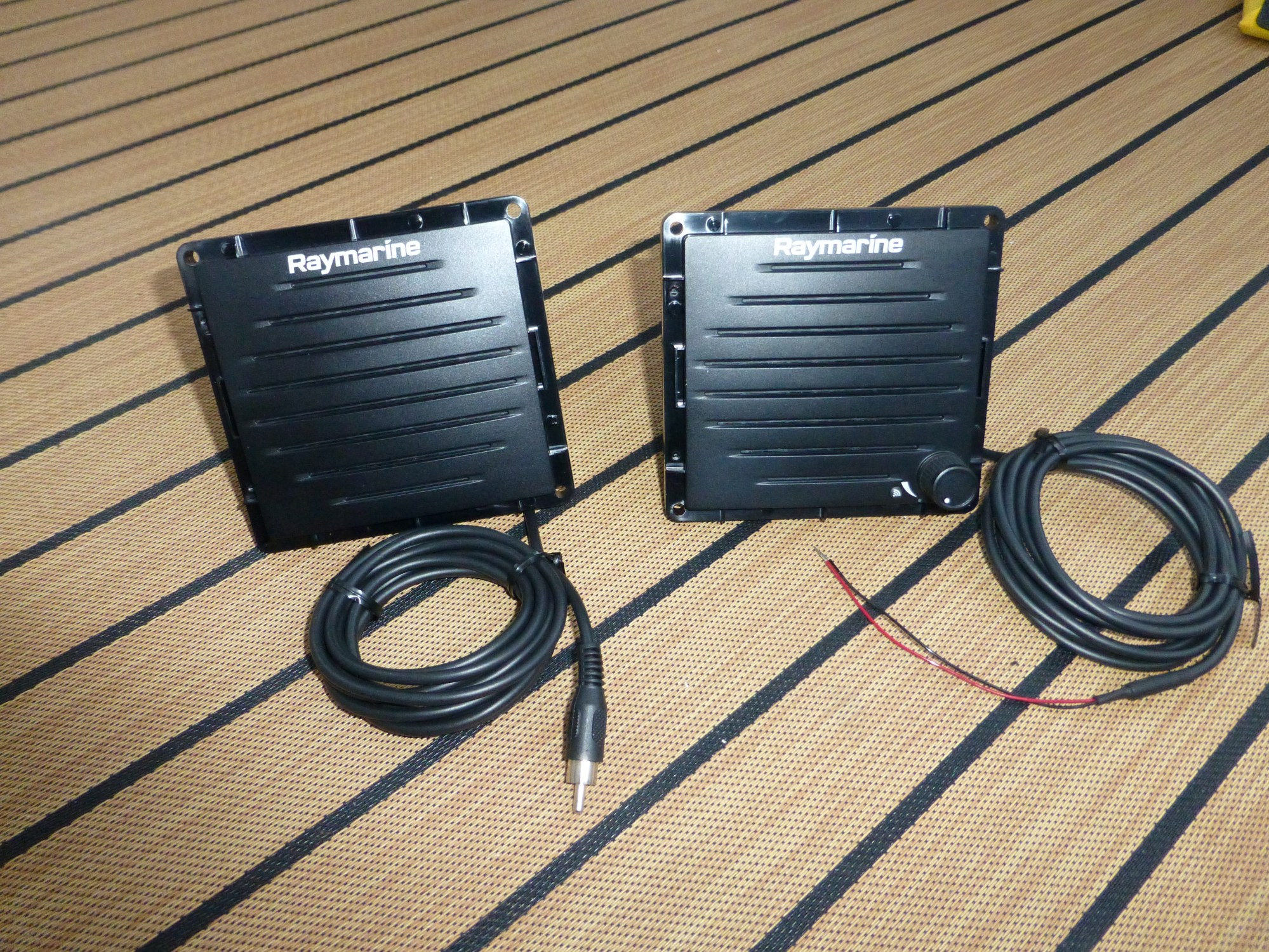 hight resolution of a passive speaker on the left with its rca audio input and the wireless active speaker on the right with its 12v input