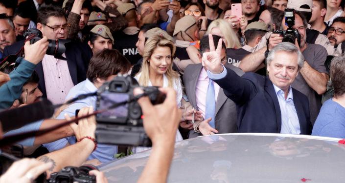 Alberto Fernández celebrando luego de votar