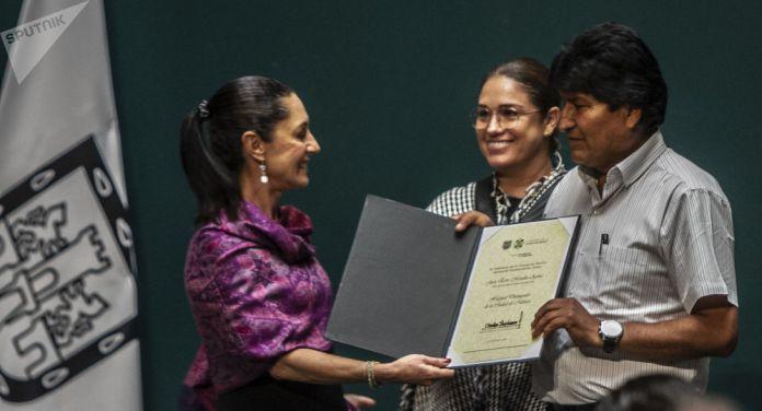 Evo Morales Ayma, expresidente de Bolivia, es reconocido como Huésped distinguido de la ciudad de México de parte de la jefa de gobierno, Claudia Sheinbaum, el 13 de noviembre de 2019