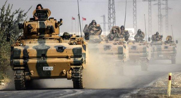 Los vehículos armados militares turcos en la frontera turco-siria