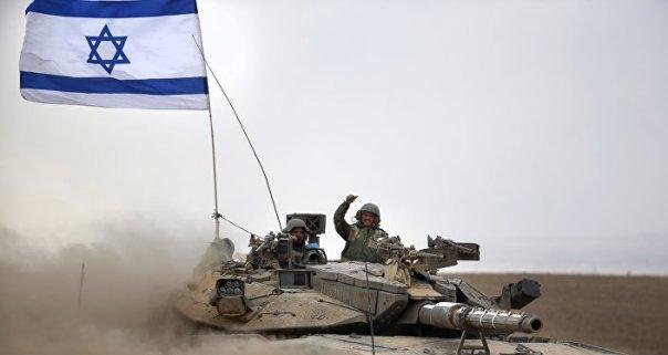 Soldados israelíes a bordo del tanque Merkava (archivo)