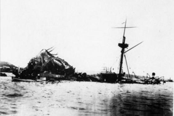El acorazado estadounidense USS Maine hundido en la bahía de La Habana después de una explosión en su interior, 1898