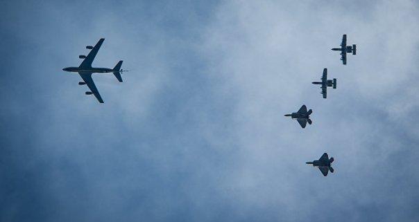 Dos A-10 y dos F-22 estadounidenses vuelan detrás de un KC-135 durante una maniobras de la OTAN en Estonia en 2015