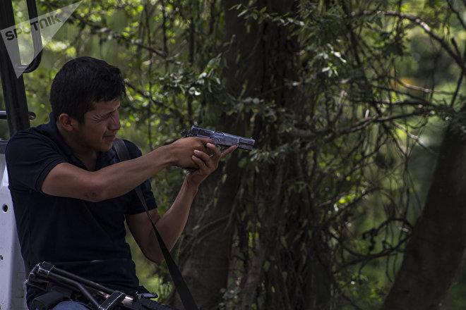 Michoacán. Autodefensa apunta con su arma.