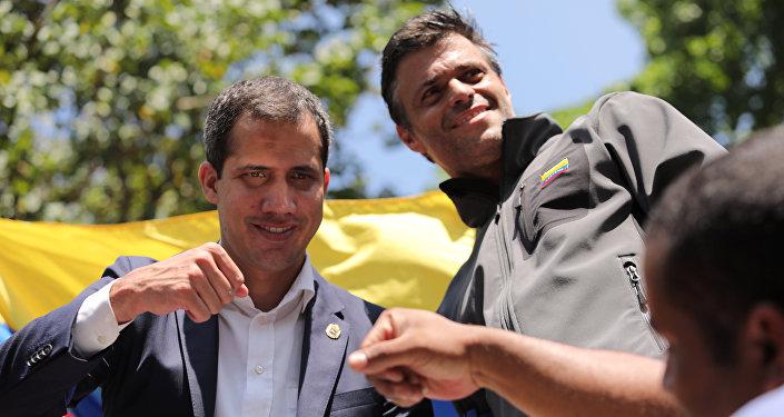 Juan Guaidó y Leopoldo López celebrando durante una movilización