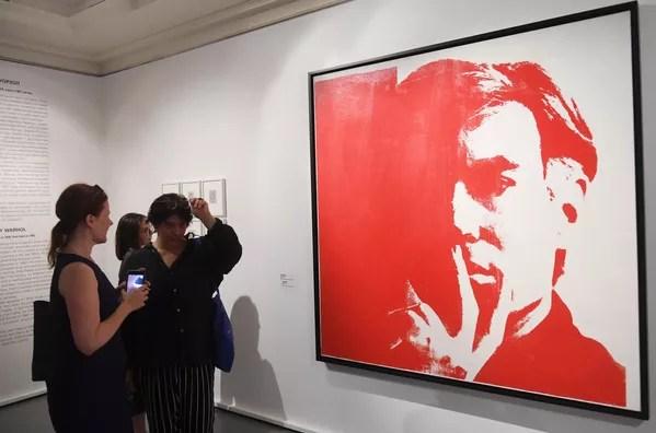 Hijos de padres eslovacos que emigraron a Estados Unidos, Warhol se graduó en diseño pictórico en el Instituto Carnegie de Tecnología en 1949. Luego, se mudó a la ciudad de Nueva York, donde se desempeñó como ilustrador comercial durante cerca de una década.En la foto: unas personas observan el autorretrato de Andy Warhol en una exhibición de algunas de sus obras en Moscú. - Sputnik Mundo