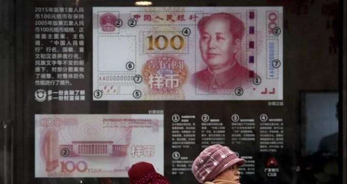 La imagen de un billete de 100 yuanes en el escaparate de un banco