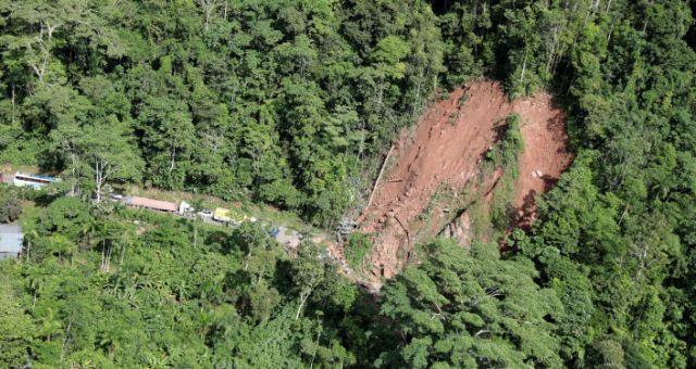 Un deslizamiento de tierra causado por un terremoto en Yurimaguas, Perú