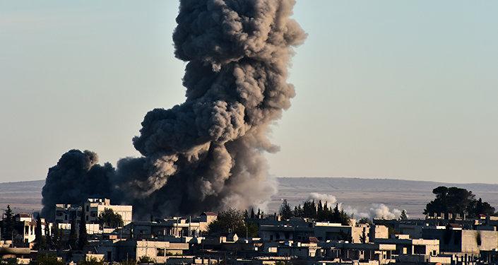 Un ataque aéreo realizado por la coalición encabezada por EEUU en Siria (archivo)