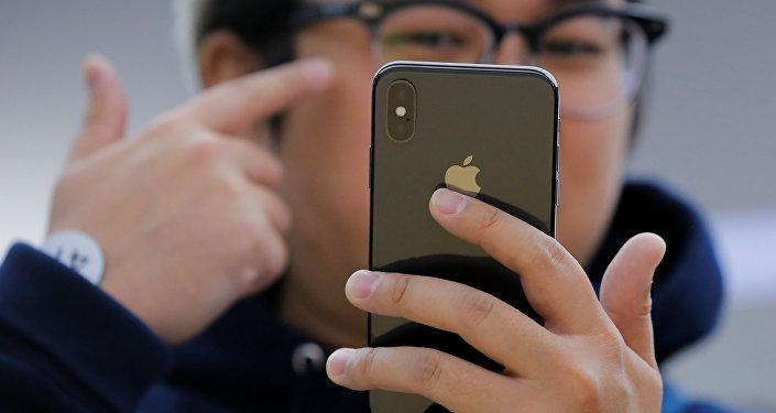 Un hombre con nuevo iPhoneX (imagen referencial)