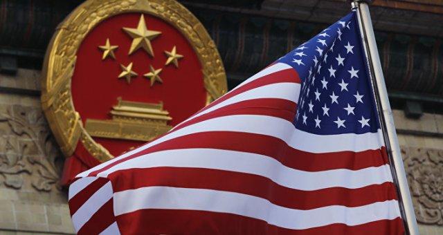 La bandera de EEUU y el emblema de China