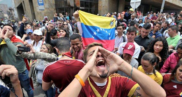Un manifestante con la bandera de Venezuela