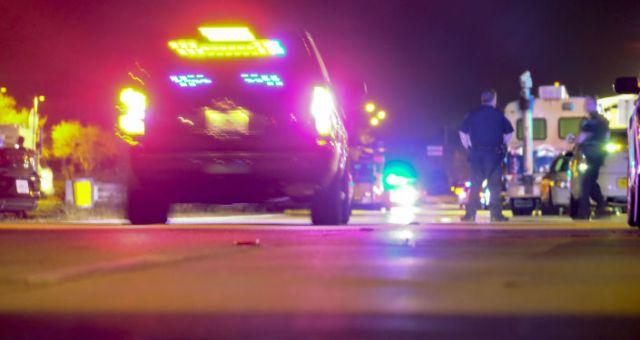 Policja i karetka pogotowia w miejscu strzelaniny w USA