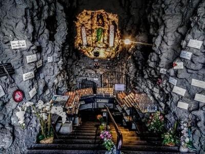 "Grotteke at the Onze-Lieve-Vrouw-ten-Poelkerk Tienen Belgium Grotteke ""Gente dame du gothique Brabançon ..."", as Paul Dewalhens, former ci by theoherbots"