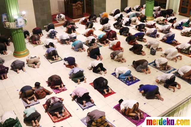 Sejumlah warga melaksanakan salat tarawih pertama Ramadan 1441 Hijriah di Masjid Jami Al Ma'wa, Karang Tengah, Tangerang, Banten, Kamis (23/4).