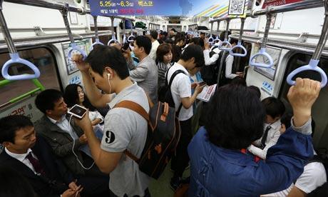 commuters-on-smartphones--008