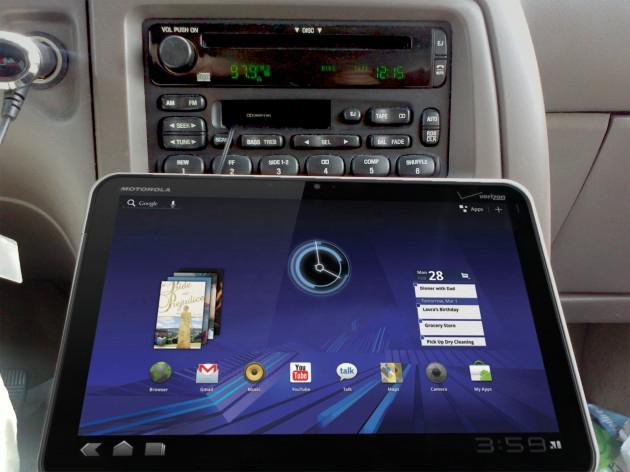xoom-on-cobra-universal-mount-in-car-630x472