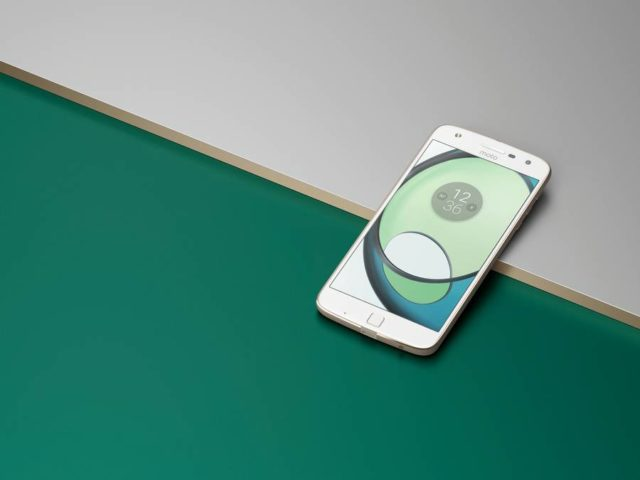 Moto Z Play_FrontLifestyle
