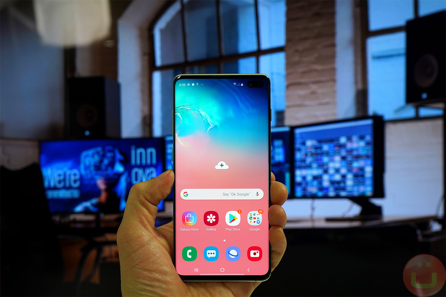 Samsung Embraces The Galaxy S10 S Punch Hole Display With New Wallpapers Ubergizmo