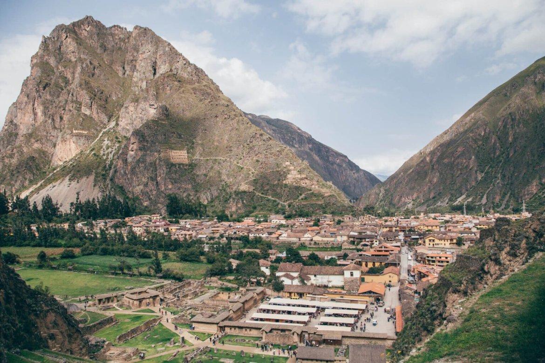 Cidade de Ollantaytambo. As construções visíveis no alto da montanha foram levantadas pelos incas