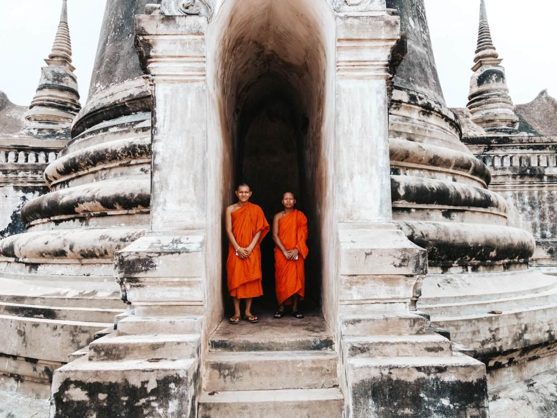 Jovens montes em um dos templos de Ayutthaya