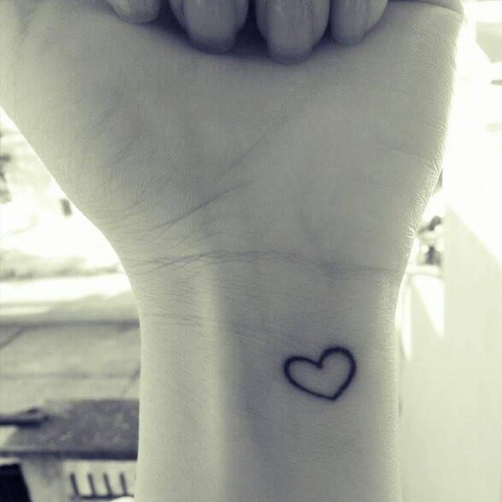 Pequeño Tatuaje De Un Corazón En La Muñeca De Camila