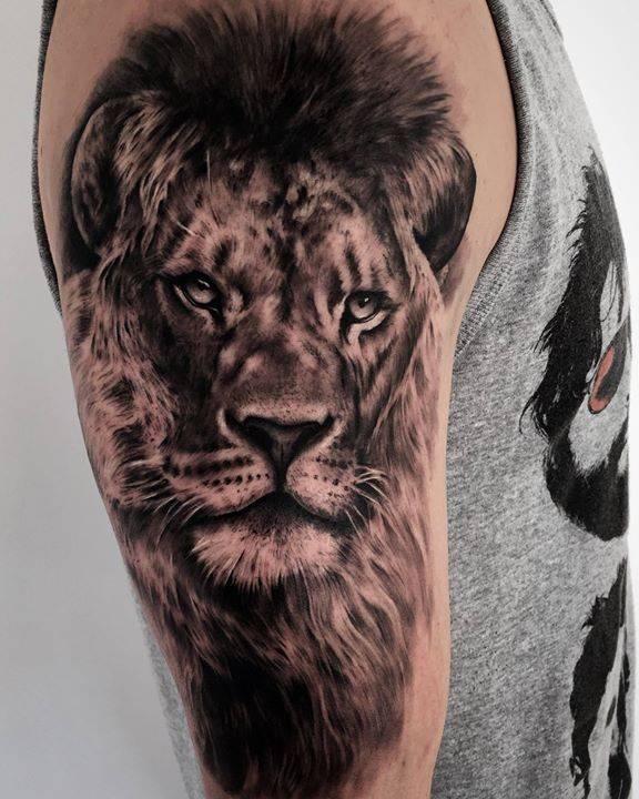 Tatuaje De Un León De Estilo Black And Grey Para