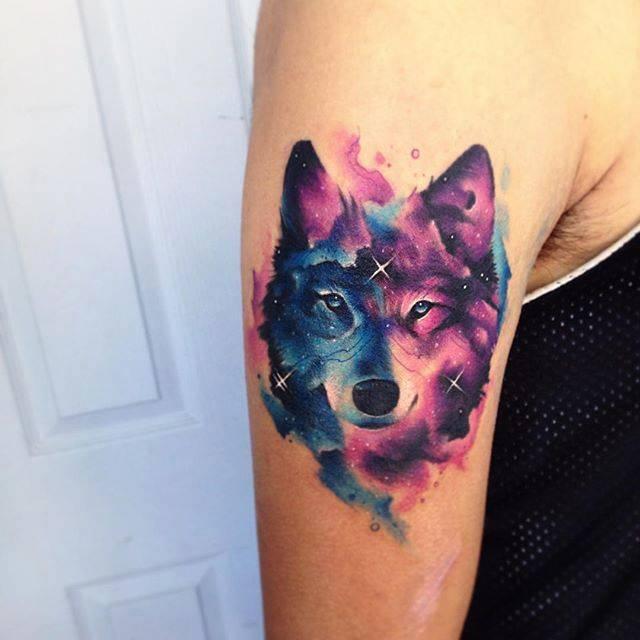 Tatuaje De Un Lobo De Estilo Acuarela Situado En El