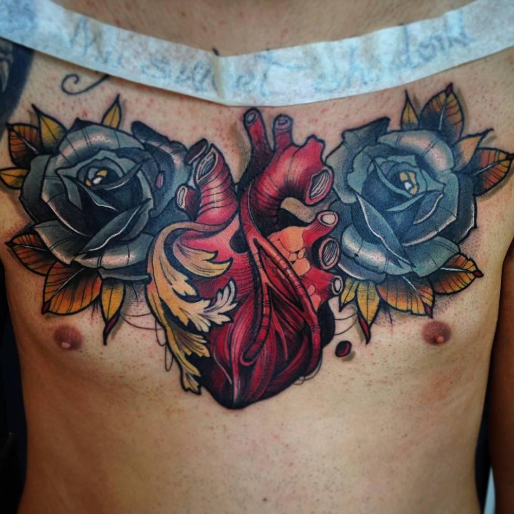 Tatuaje De Un Corazón Anatómico Rodeado De Dos Rosas