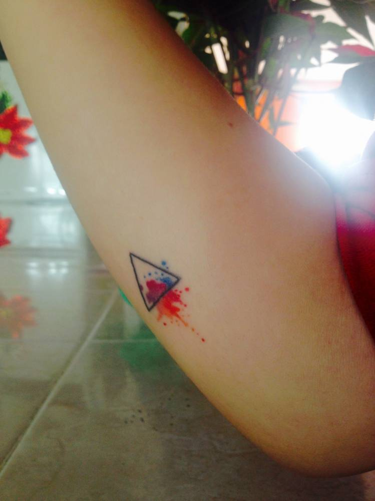 Tatuaje De Un Pequeño Triángulo De Acuarela En El