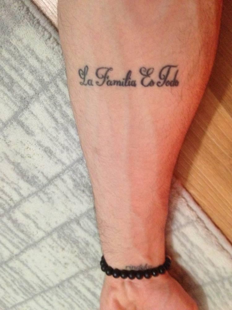 Tatuaje En El Antebrazo Que Dice La Familia Es Todo