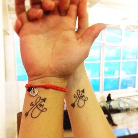 Tatuaje Coincidente De Una Flecha Infinita Con Dos