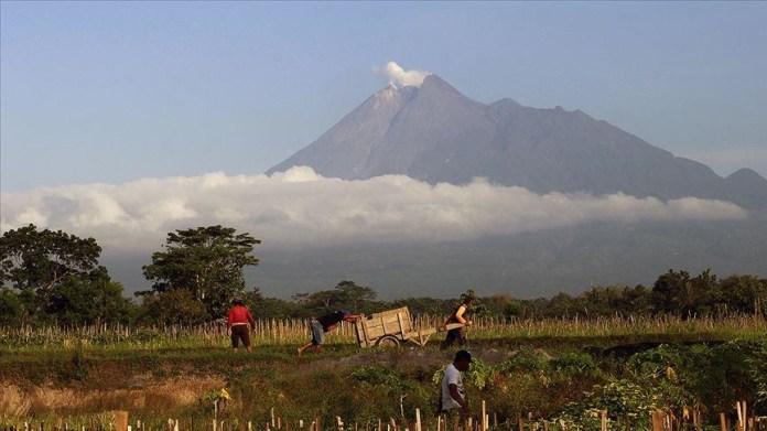 Mount Sinabung Erupts Spewing Ash 1 000 Meters High