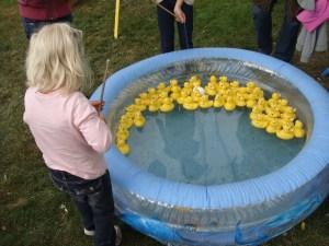 Kinder angeln Enten in einem Schwimmbecken