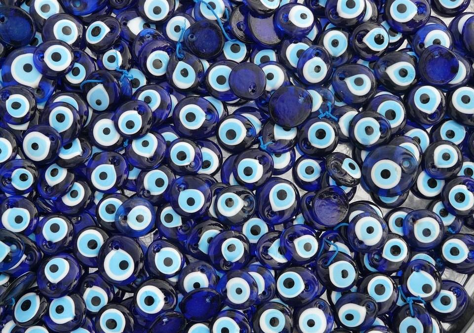 Gott bewahre – glaubst du auch an das böse Auge?