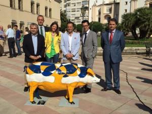 La diseñadora Cristina Lázaro, junto a autoridades del Ayuntamiento de Badajoz y directivos del diario HOY