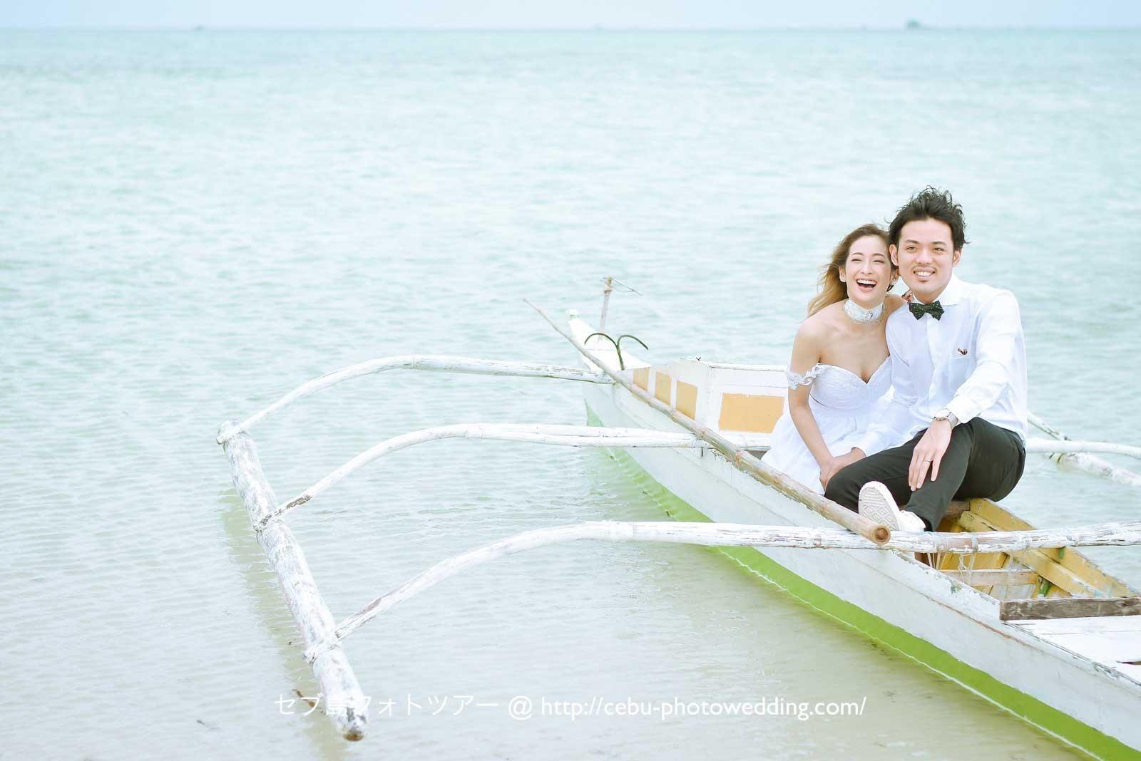 カオハガン島で小船に乗って撮影