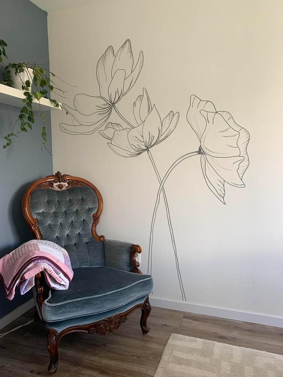 Botanische muurtekening van stokroos en klaproos op muur van slaapkamer
