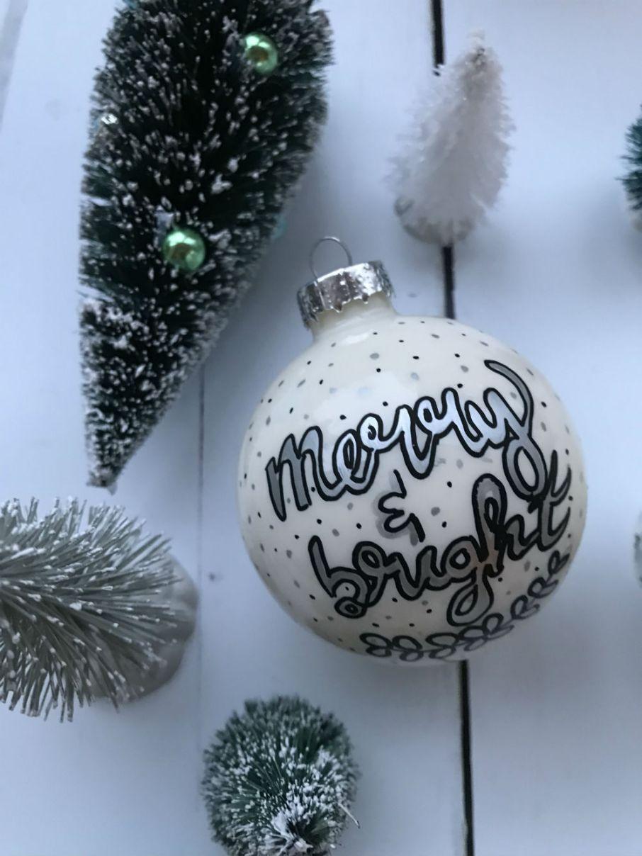 kerstbal met daarop een gehandletterde quote merry & bright