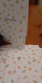 Cartes de Noël home made faites de motifs cadeaux, petits biscuits, cannes à sucre, sapin, boules de Noël et paquets cadeaux
