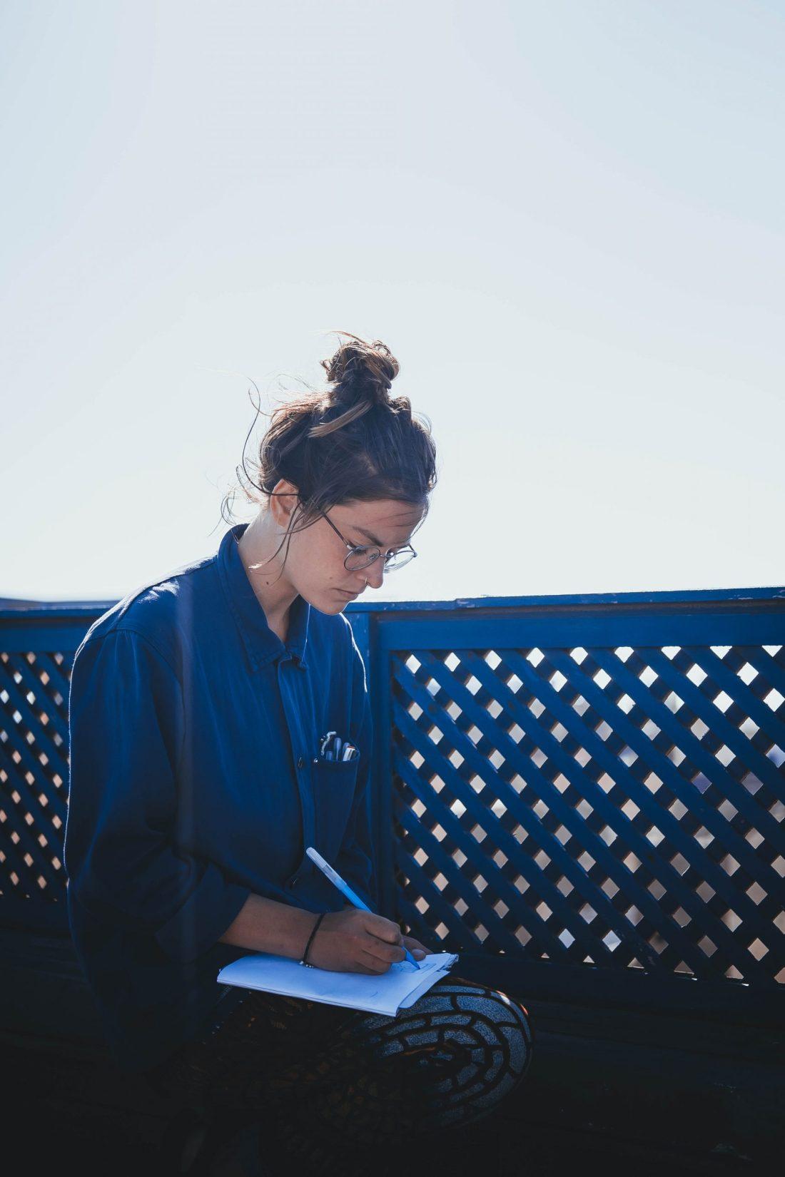 Portrait de l'artiste et photographe Cécile Jaillard prise au Maroc à Essaouira.