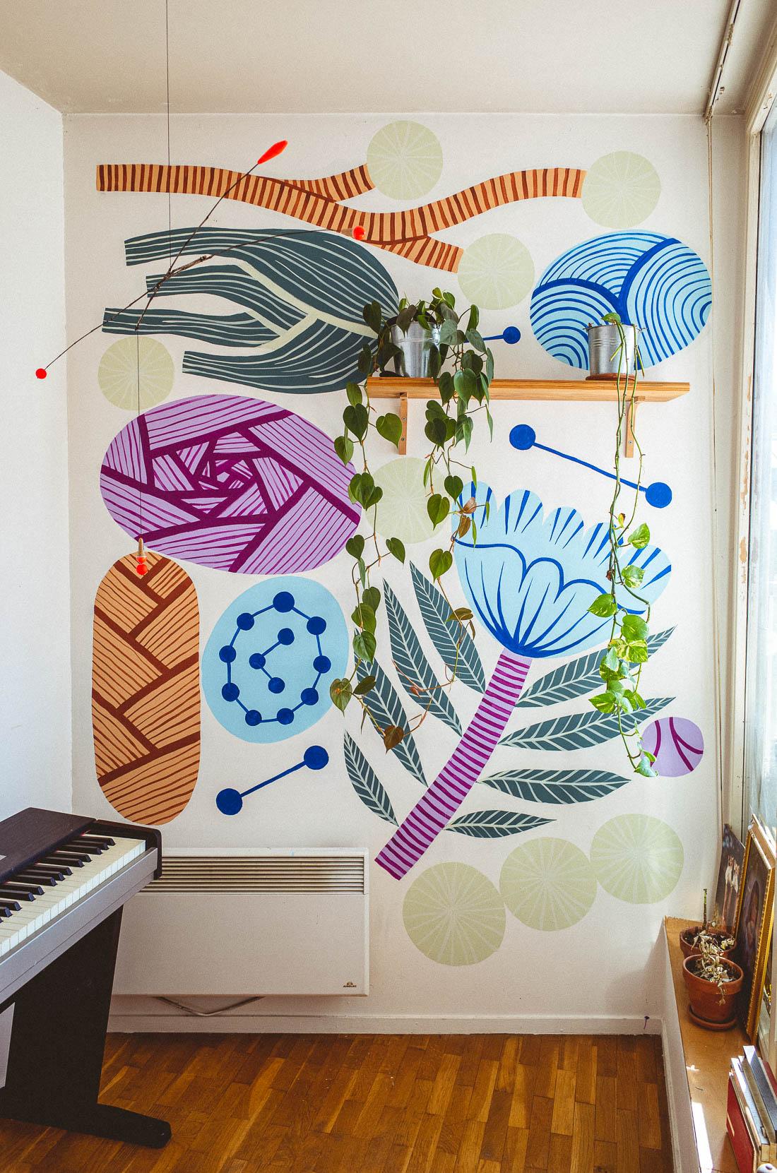 Fresque réalisée à Paris chez un particulier. Motifs de végétaux abstraits et colorés.