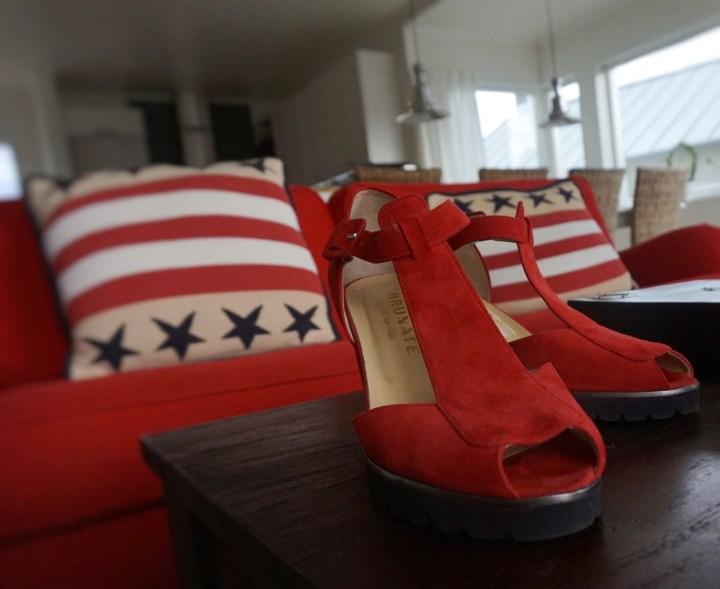 röd sko på bordet.jpg