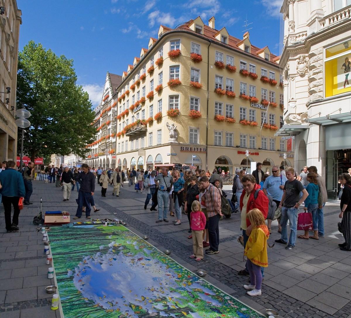 Munich_-_Kaufingerstraße_street_art_-_August_2006