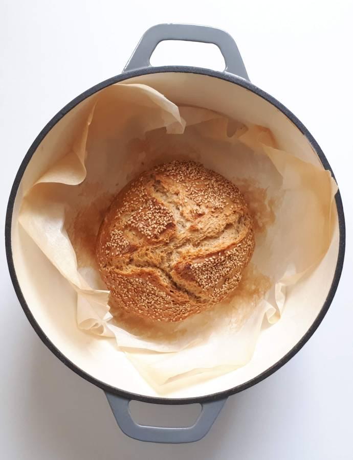 Pane semintegrale senza impasto e cotto nella pentola di ghisa