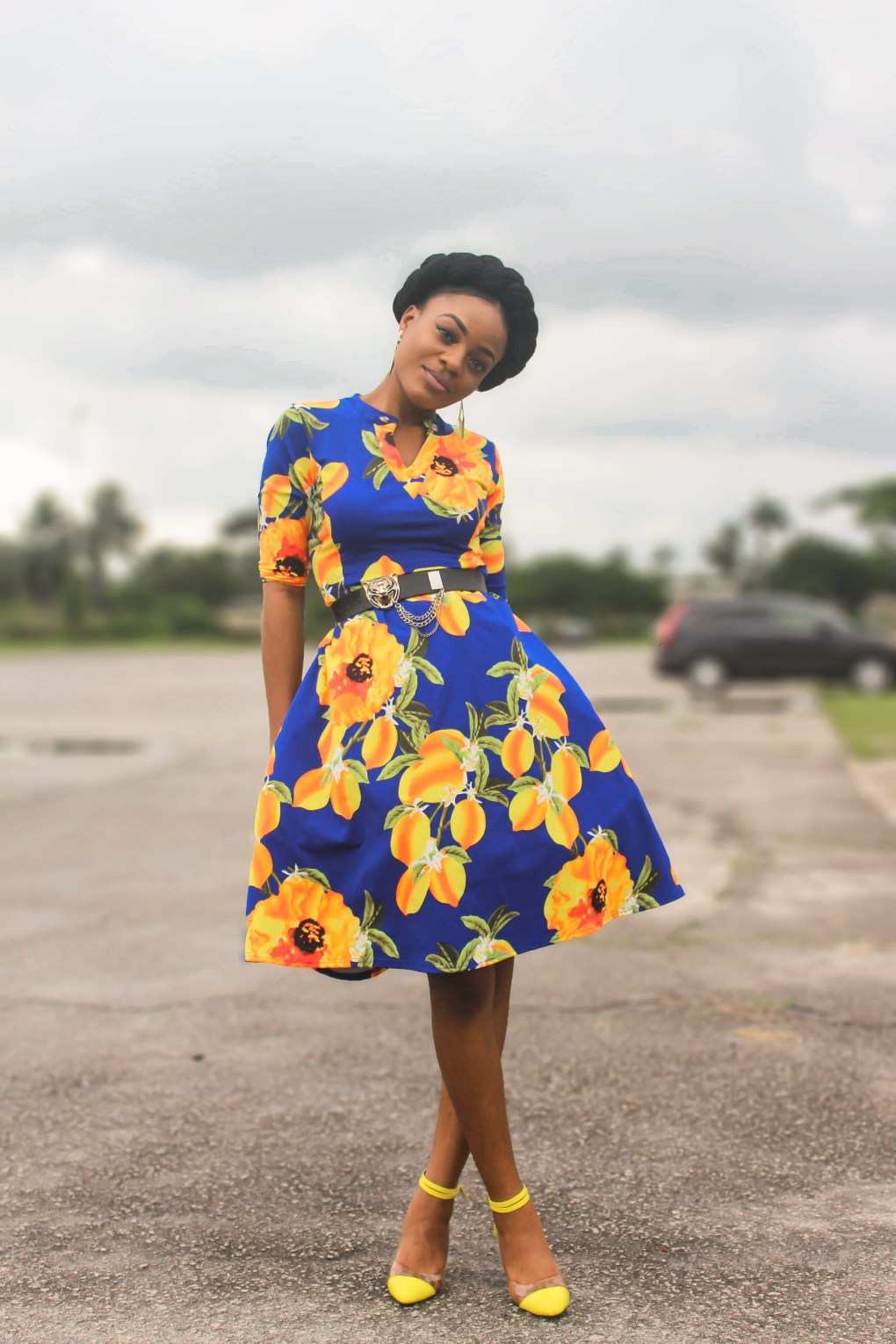 how to accessories a floral dress, blue and yellow floral prints